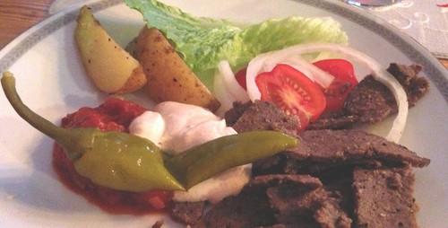 Maries kebab med såser och klyftpotatis