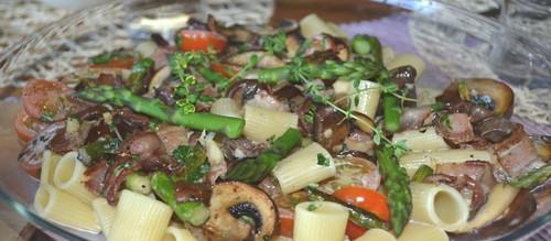 Pasta med sparris, portabello och bacon