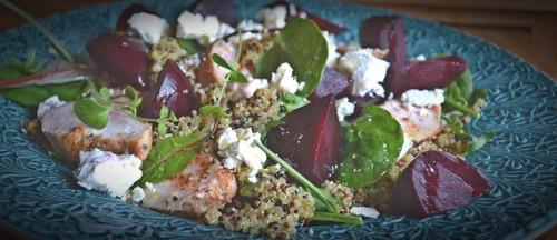 Ljummen quinoasallad med kyckling och rödbetor