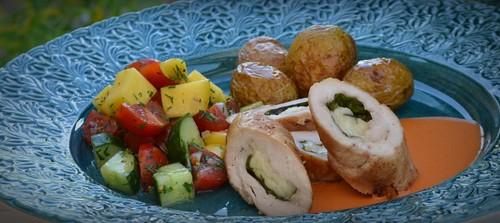 Kycklingballotine med manchego och spenat,  saltrostad potatis, mangosalsa och het paprikasås