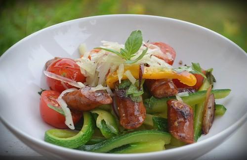 Zucchinipasta med kabanoss och grönsaker