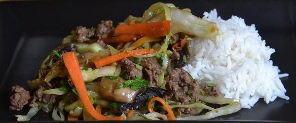 Asiatisk färs med grönsaker och ris