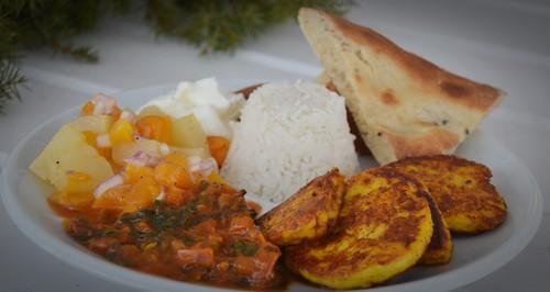 Panir, tomatsås, salsa och naanbröd