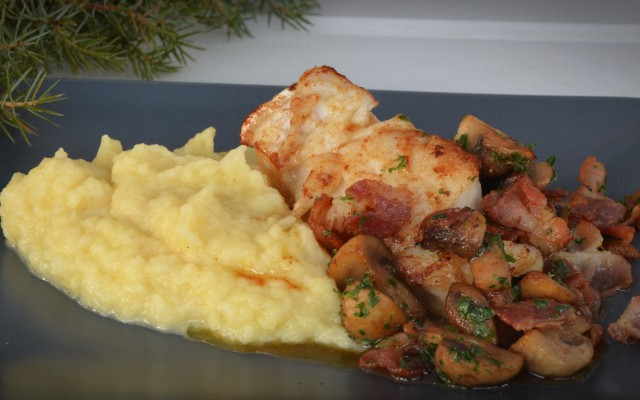 Torsk med rotsaksmos, bacon och svamp