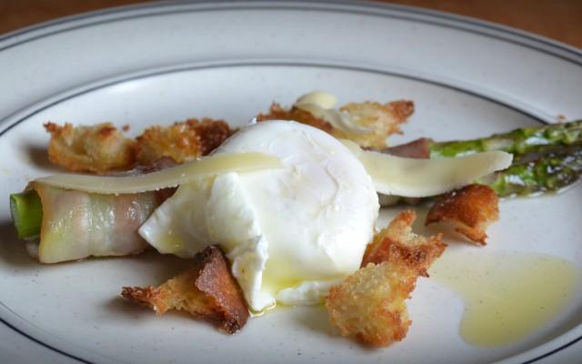 Baconlindad sparris, pocherat ägg och brödkrutonger