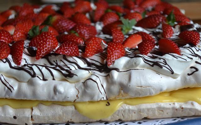 Krispig marängtårta med smörkräm och jordgubbar