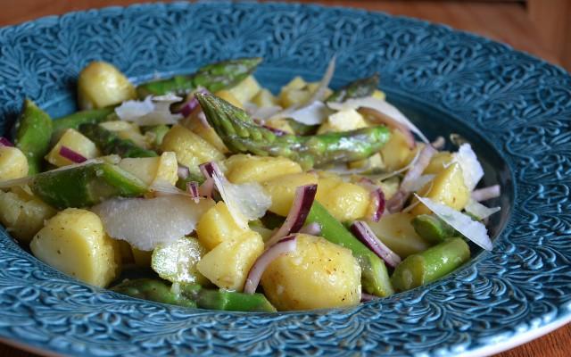 Lax med potatis och sparrissallad