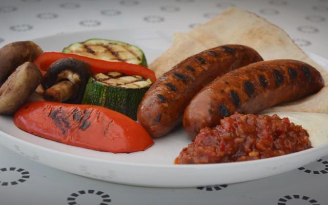 Kycklingkorv, grillade grönsaker med paprika och tomatrelish