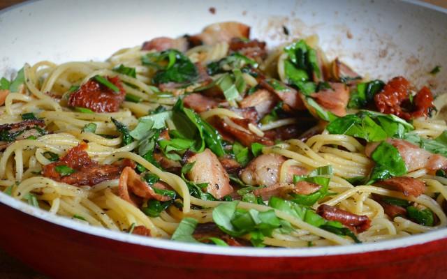 Spagetti med bacon, spenat och soltorkad tomat