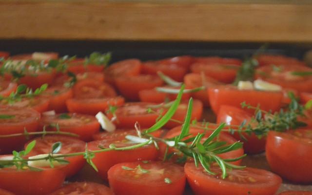 Ugnstorkade tomater med timjan, rosmarin och vitlök
