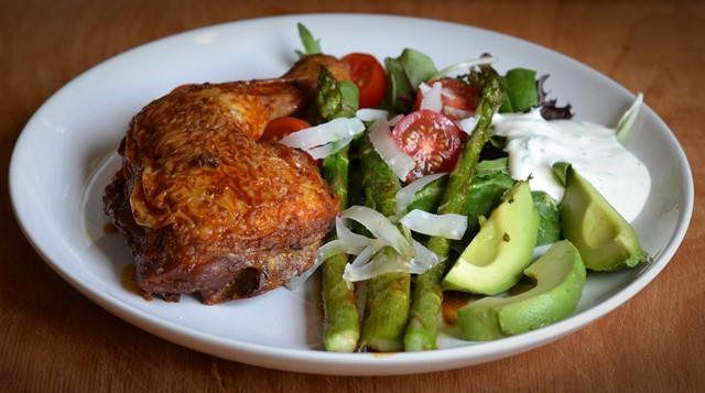 Grillad kyckling med sparris och en syrlig örtkräm