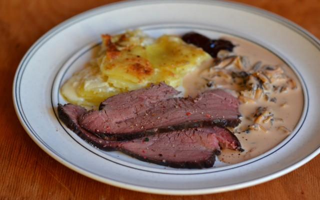 Tjälknöl, potatis och jordärtskocksgratäng och en krämig svampsås