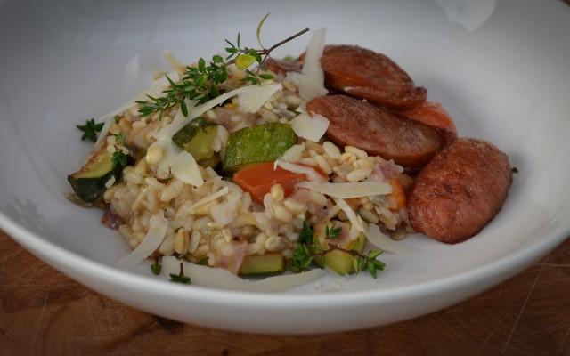 Frösotto med grönsaker, kryddiga korvar och parmesan