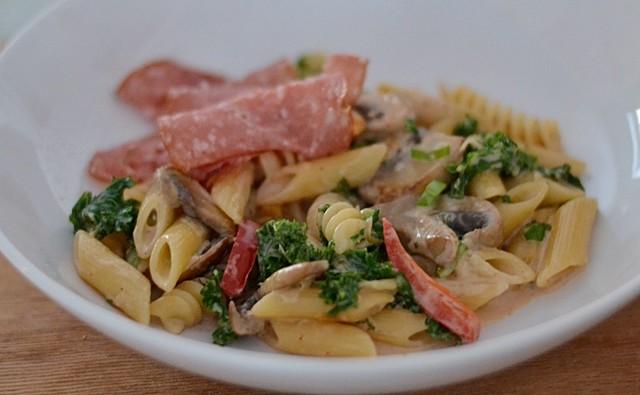 Pasta med grönkål, paprika och svamp