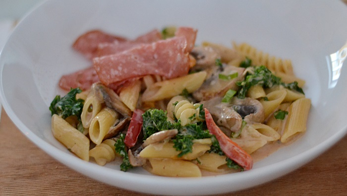 pasta med grönkål, svamp och paprika
