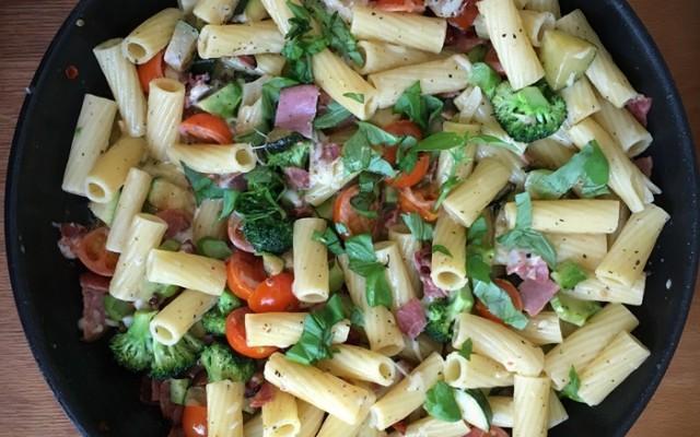 Snabb pasta med broccoli och skinka