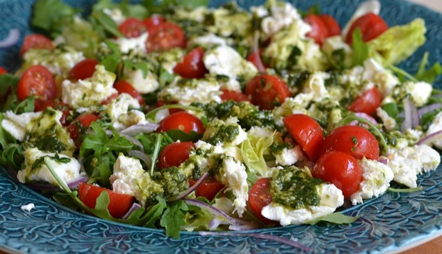 Tomatsallad med mozzarella och pesto