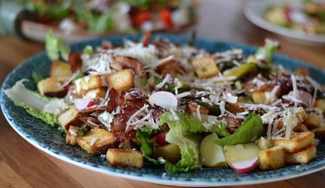Caesarsallad med potatis och bacon
