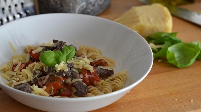 Pasta med lövbiff och tomatsås