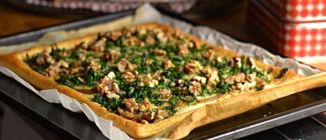 Smördegspizza med päron, grönkål, ost och nötter