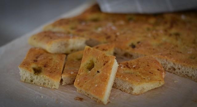 Focaccia, gott bröd med italienska smaker