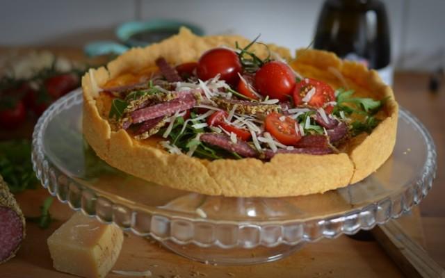 Ostpaj med salami, salladstopping och örtolja