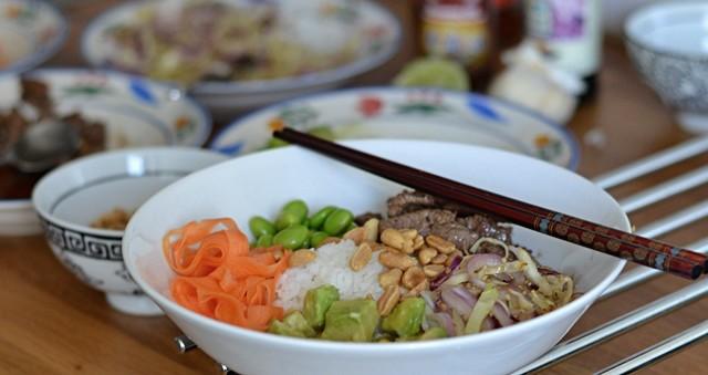 Pokè bowl med lövbiff och grönsaker