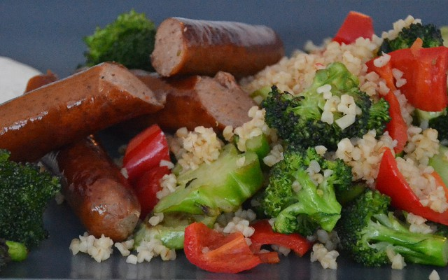 Korvish, broccoli och paprikabulgur och vitlökssås