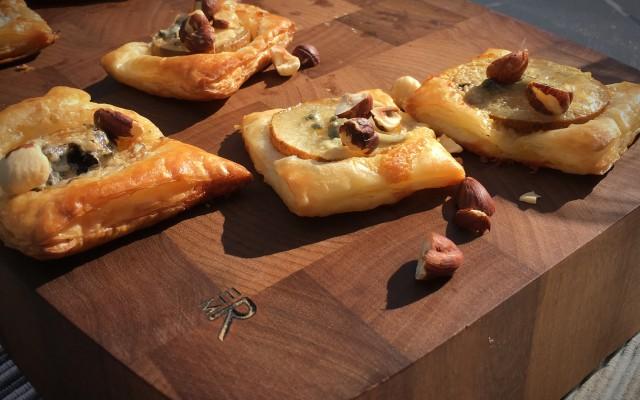 Smördegssnittar med päron, ädelost och rostade nötter
