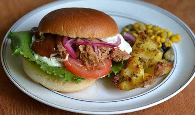 Pulled Pork Burger med goda tillbehör!