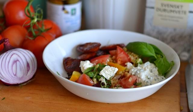 Tomatsallad med matvete och en fetaoströra