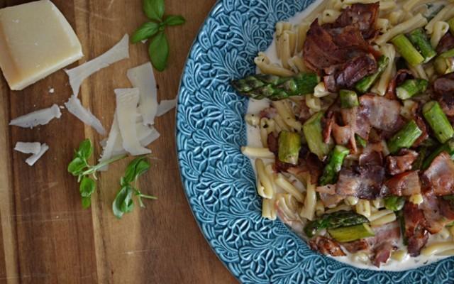Snabb pasta med sparris och bacon