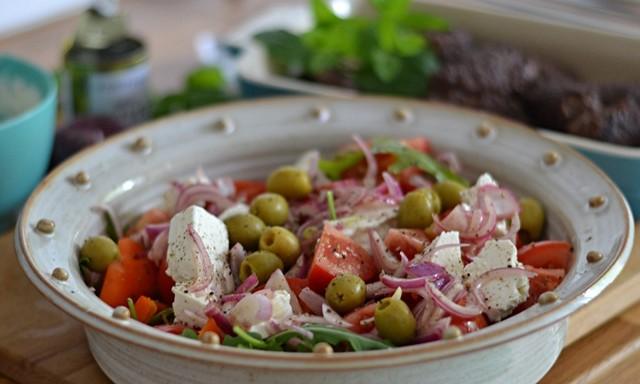 Cevapcici med tomatsallad och tzatziki