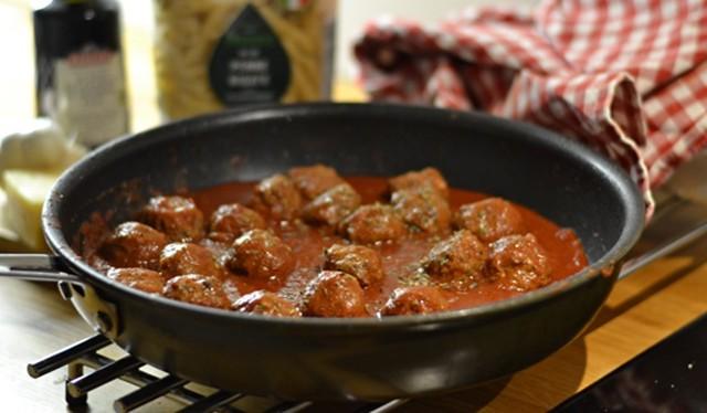 Köttbullar eller fetaostbollar i tomatsås