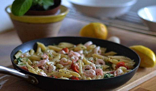 Enkel pasta med räkor och småtomater