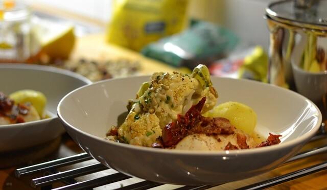 Stekt torsk med bacon och soltorkad tomat med smörbakad blomkål