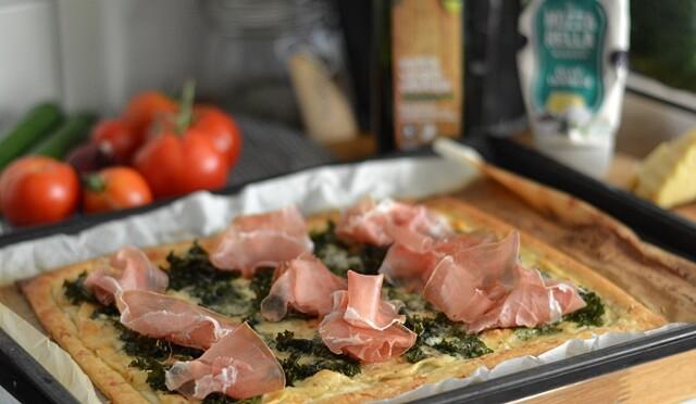 Smördegstarte med grönkål, serranoskinka och mozzarellamjukost